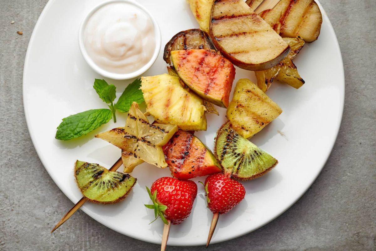 Obst grillen: Grillobst-Spieße als Nachtisch vom Grill