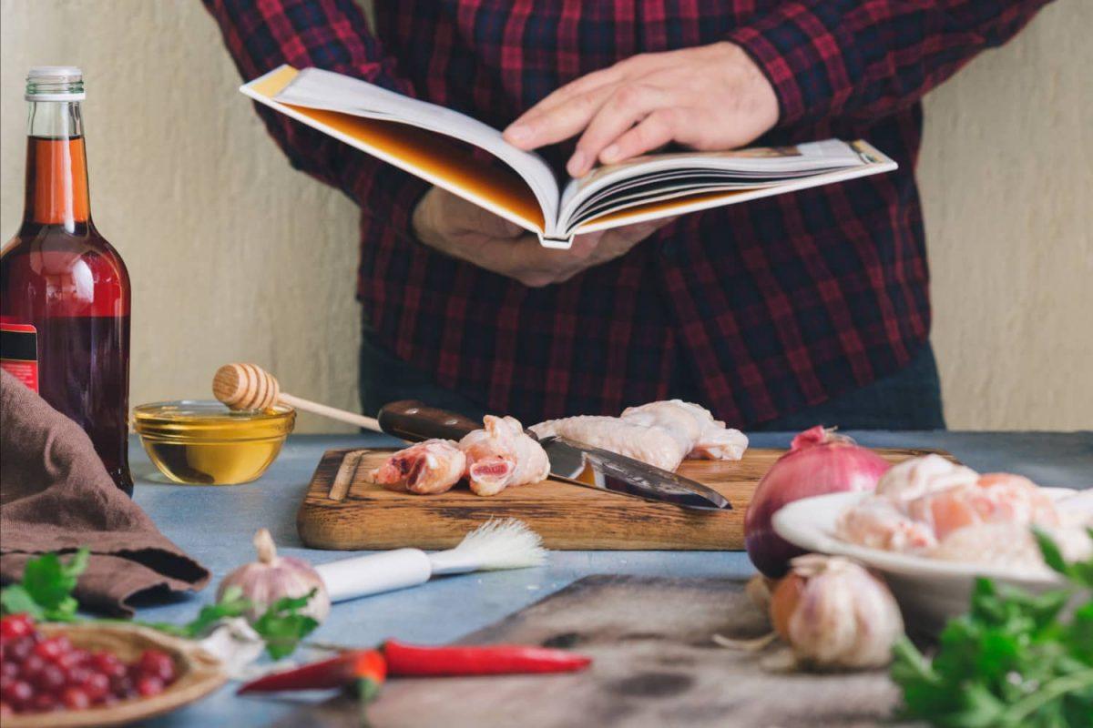 Mann mit Grillbuch